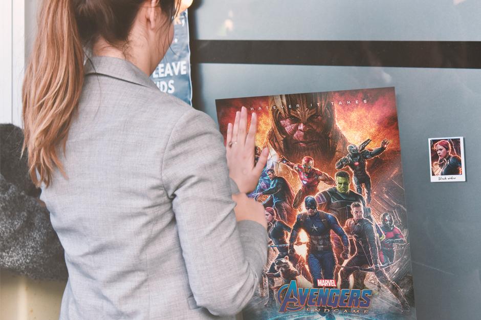 Frau mit Avengers Poster