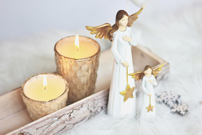 Kynttilälasit ja kultainen enkeli kultaisten joulukoristeiden kokoelmastamme