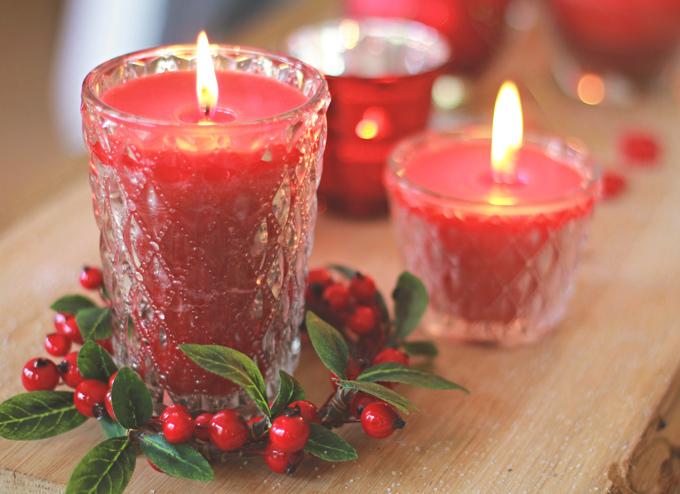 Kynttilälaseja ja seppele punaisten joulukoristeiden kokoelmastamme