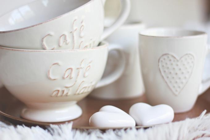 Tasse pour un cappuccino et thé avec un petit cœur dans notre section rustique