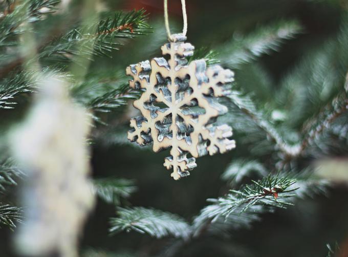 Accrocher un flocon de neige en bois; qui viennent en pack de 6, à votre arbre de noël